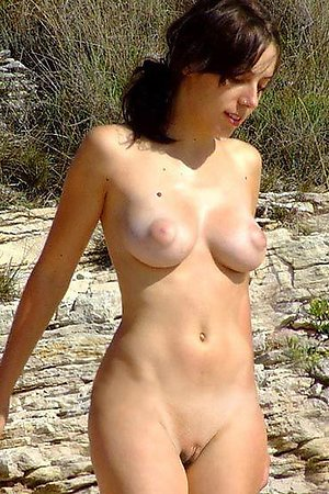 A shaved cutie to put emphasize fore Benalnatura